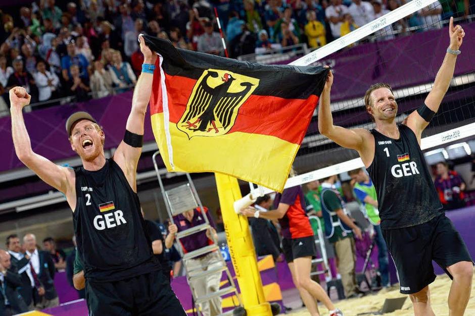 Ein Herzschlag-Finale gegen Brasilien! Jonas Reckermann und Julius Brink lassen sich gebührend feiern. Erstmalig holt Deutschland olympisches Gold im Beachvolleyball. (Foto: dapd)