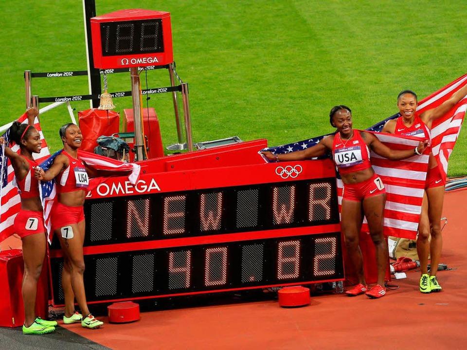 Die US-Staffel feierte ihren Olympiasieg samt neuem Weltrekord ausgelassen.  | Foto: dpa