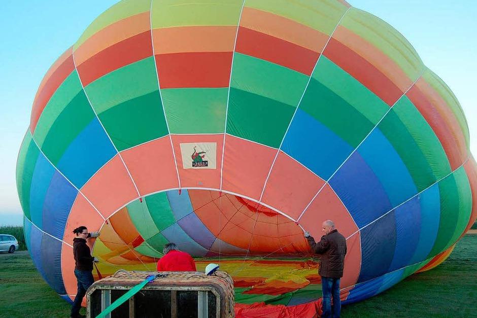 Der Ballon wird mit Luft vollgeblasen. (Foto: Hagen Späth)