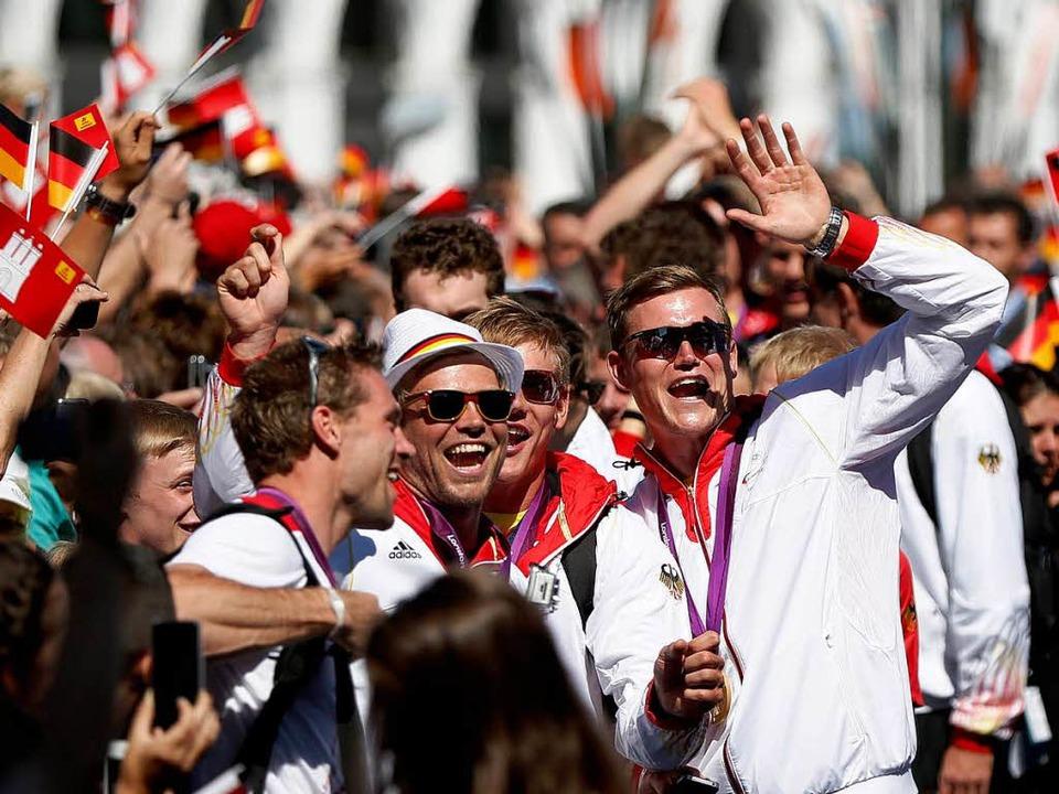 Ein Bad in der Menge: 20000 Fans begrüßten die Athleten.   | Foto: dpa