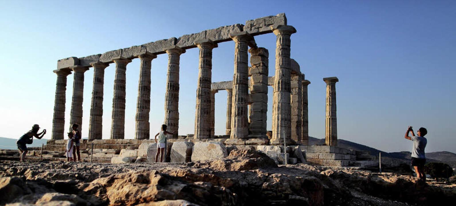 Touristen erkundeten jüngst  in Athen ...ls, die Geldgeber den Staatshaushalt.   | Foto: dapd