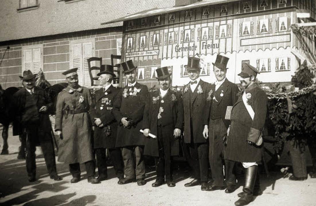 Fasnacht  mit Zylindern: Die Freiauler...auch Karl Weber (zweiter von rechts).   | Foto: Privat