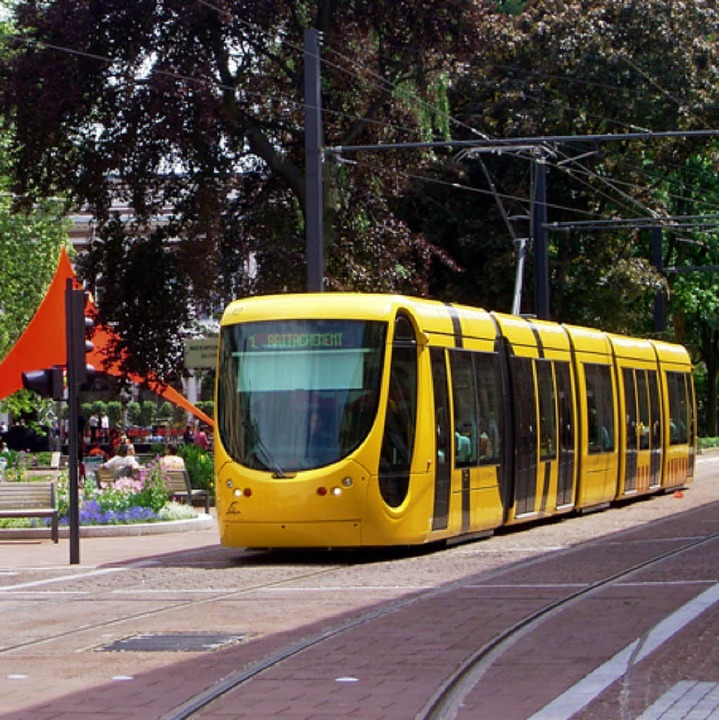 Tram ohne eigenen Gleiskörper in Mulhouse.   | Foto: Rolf Müller