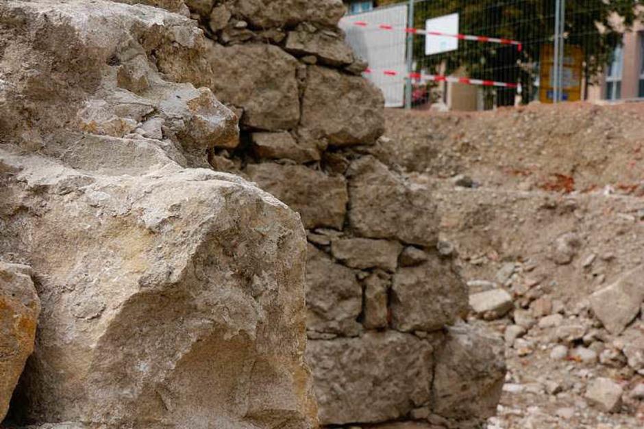 Die Ecke eines alten Turms? Nein, sagen die Archäologen, es war wohl ein mächtiger Keller. (Foto: Andrea Drescher)