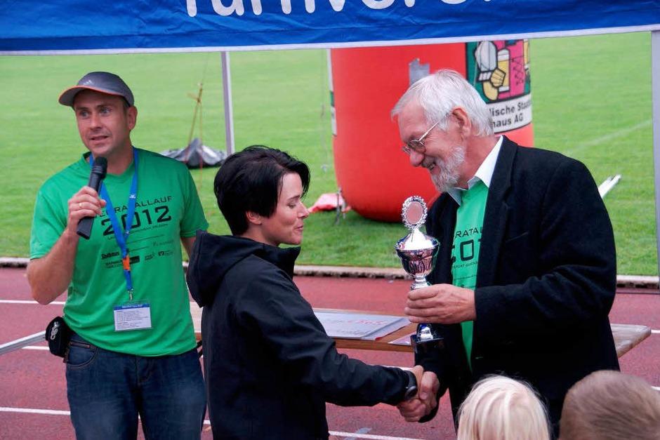 Bürgermeisterstellvertreter Paul Erhart beglückwünscht Alexandra Drescher als schnellste Wehrerin beim diesjährigen Wehratallauf. (Foto: Hrvoje Miloslavic)