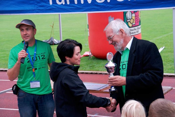 Bürgermeisterstellvertreter Paul Erhart beglückwünscht Alexandra Drescher als schnellste Wehrerin beim diesjährigen Wehratallauf.