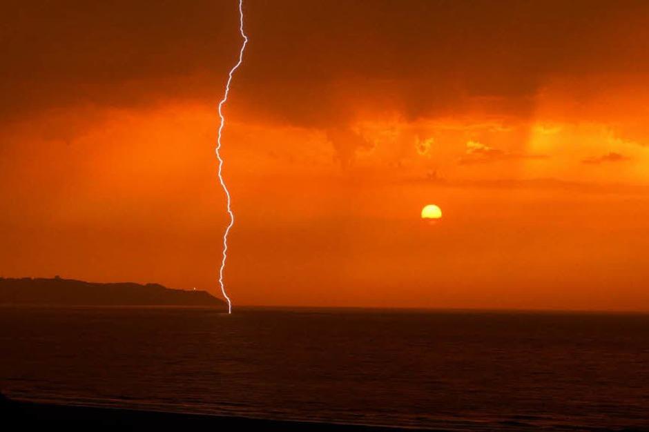 Glücksfall: Ein Gewitter im  Sonnenuntergang erlebte Isabella Löhle aus Wittnau an der spanischen Atlantikküste bei Ribadesella. (Foto: privat)