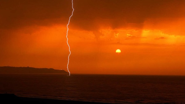 Glücksfall: Ein Gewitter im  Sonnenuntergang erlebte Isabella Löhle aus Wittnau an der spanischen Atlantikküste bei Ribadesella.