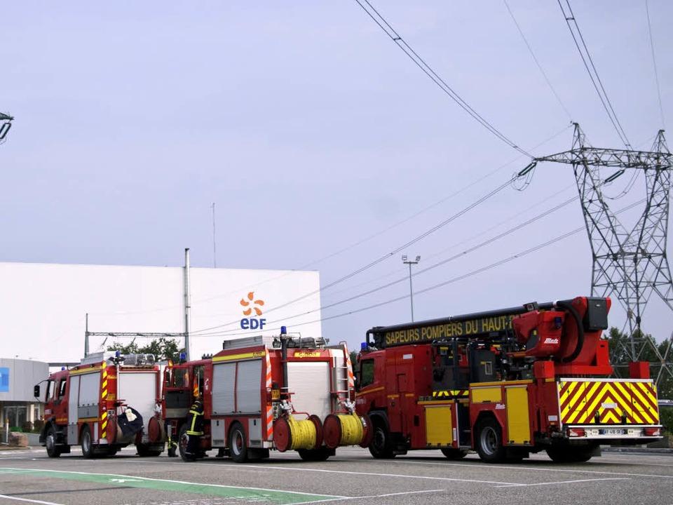 Feuerwehreinsatz am Atomkraftwerk: Bei...den mindestens zwei Menschen verletzt.    Foto: AFP