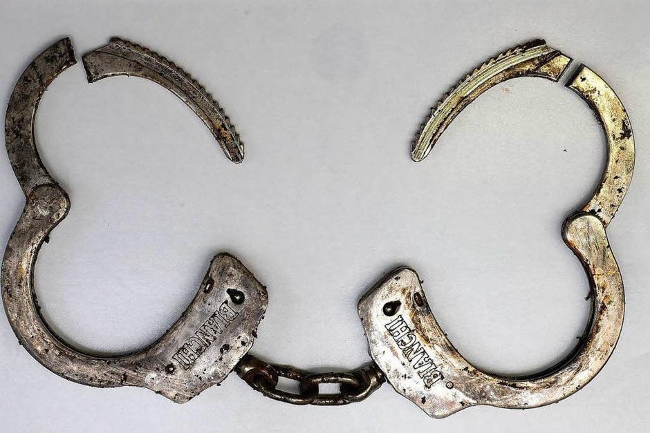 Bei der Tat  wurde eine Handschelle der Marke Bianchi benutzt - eventuell ein Plagiat. Die Polizei weiß bisher nicht, wo solche Handschellen verkauft worden sind. (Foto: Polizei)