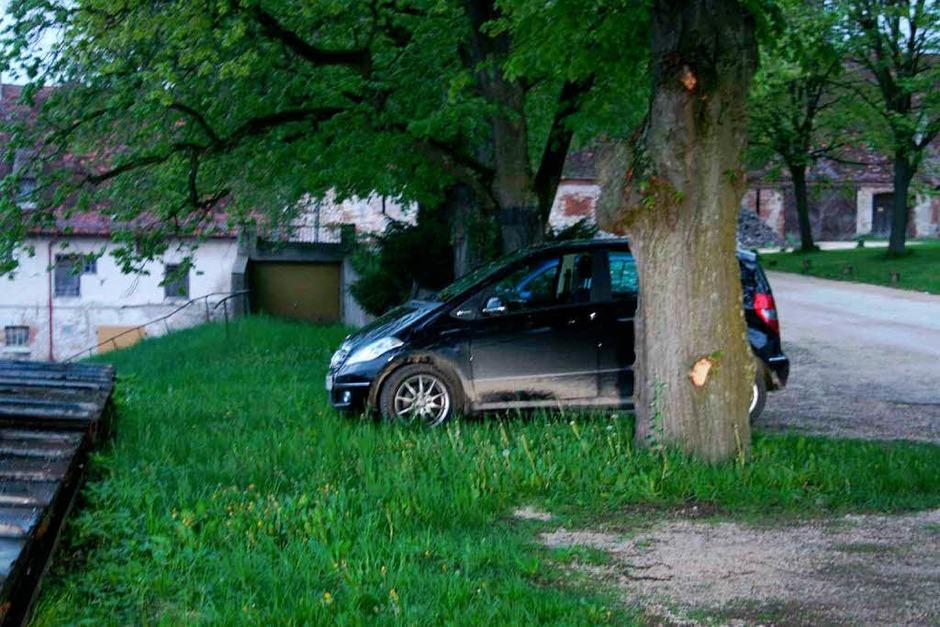 Maria Bögerls Mercedes, in dem sie entführt worden war, wurde am 12. oder am 13. Mai 2010 von den Tätern im Innenhof des Kloster Neresheim abgestellt. Wer kann sich erinnern, dass ihm dieses Fahrzeug an der engen Toreinfahrt in den Innenhof des Klosters Neresheim entgegenkam oder auf dem Parkplatz im Innenhof aufgefallen war? (Foto: Polizei)