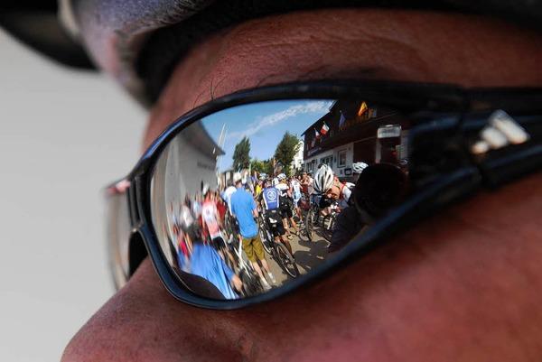 Mountainbiker strampeln durch den durch den Schwarzwald.