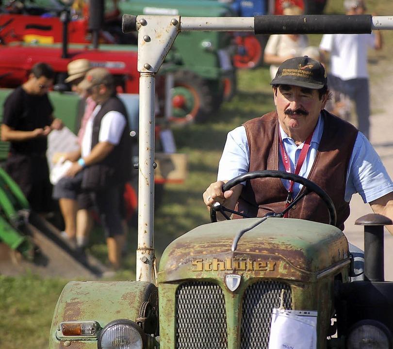 Alt, älter am ältesten: Traktorfahrer in seinem Element.    Foto: Hildegard Siebold