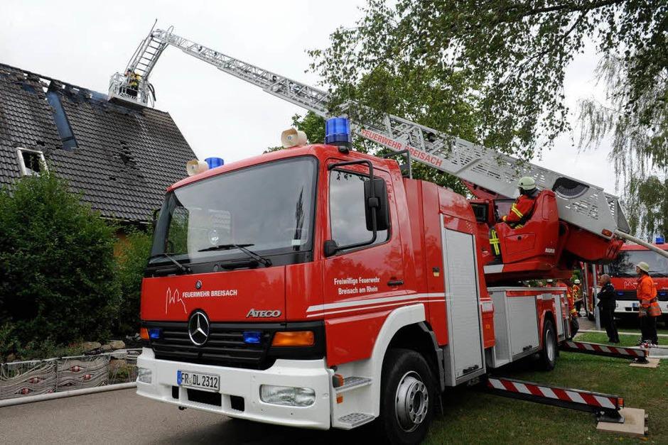 54 Feuerwehrleute aus Breisach, Oberrimsingen, Niederrimsingen und Gündlingen waren beim Wohnhausbrand in Oberrimsingen im Einsatz. (Foto: Patrick Seeger)