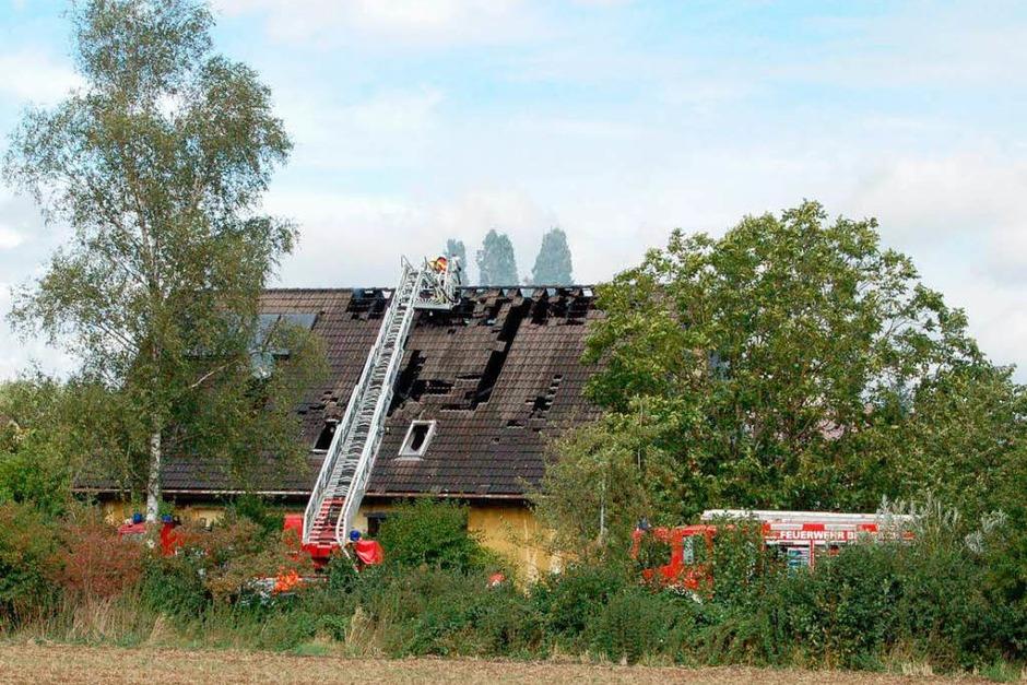 54 Feuerwehrleute aus Breisach, Oberrimsingen, Niederrimsingen und Gündlingen waren beim Wohnhausbrand in Oberrimsingen im Einsatz. (Foto: Thomas Rhenisch)