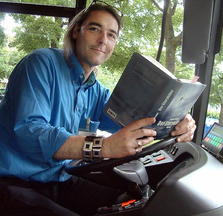 Philipp Probst lädt zur literarischen Bustour ein.   | Foto: Roswitha Frey