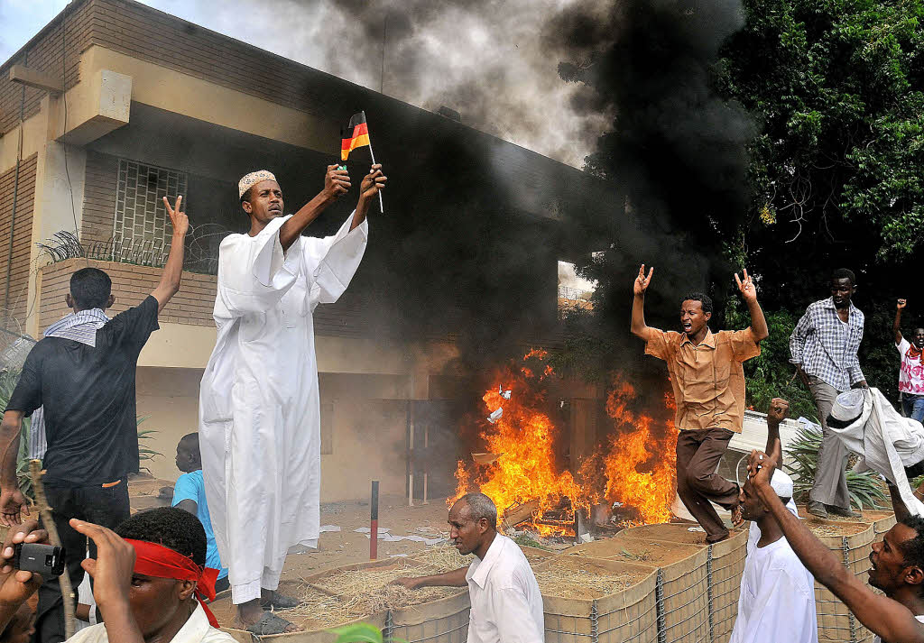 Ein demonstrant zündet auf dem gelände t in khartoum ein deutsche