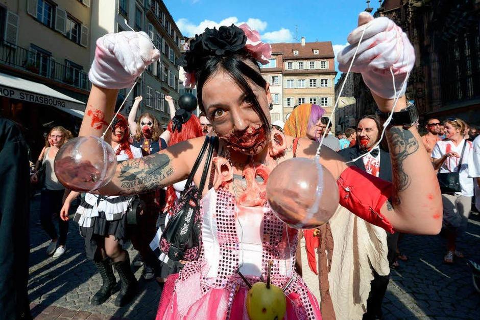 Marschieren als Zombies durch Straßburg: Hunderte Verkleidete beim vierten Zombie Walk. (Foto: AFP)