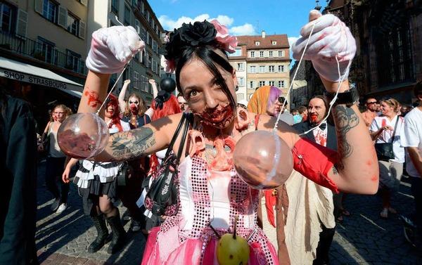 Marschieren als Zombies durch Straßburg: Hunderte Verkleidete beim vierten Zombie Walk.