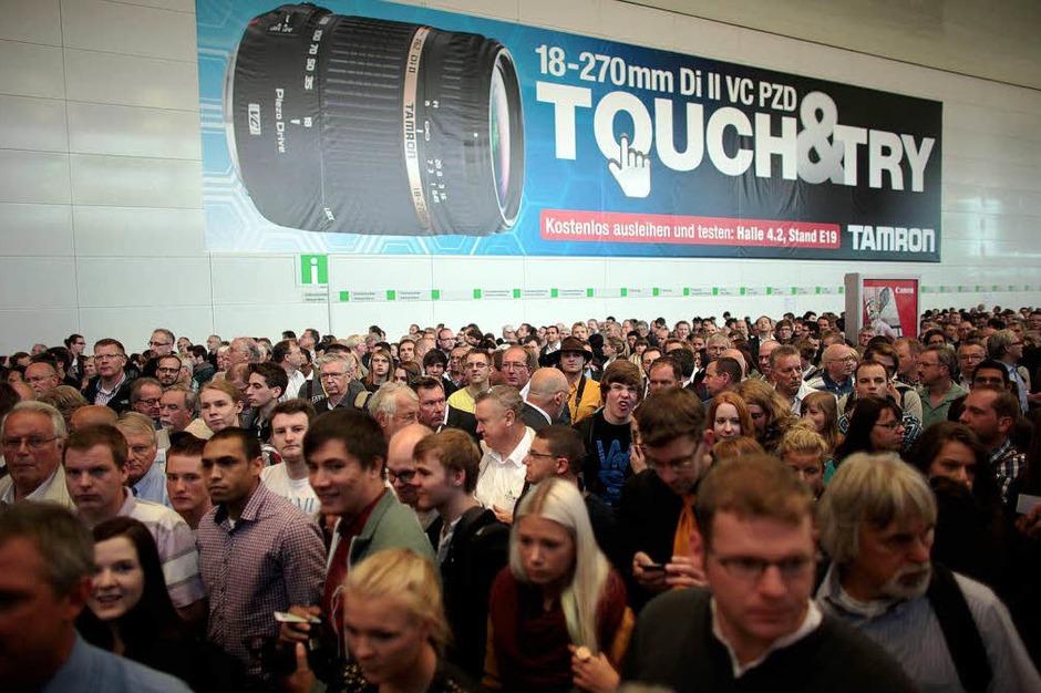 Anstehen am Eingang der Photokina in Köln – 180000 Besucher werden erwartet. (Foto: dpa)