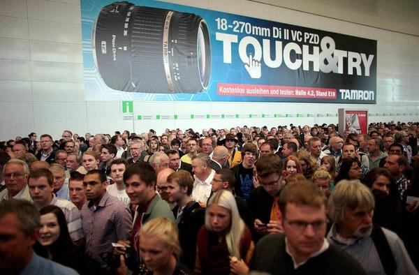 Anstehen am Eingang der Photokina in Köln - 180000 Besucher werden erwartet.