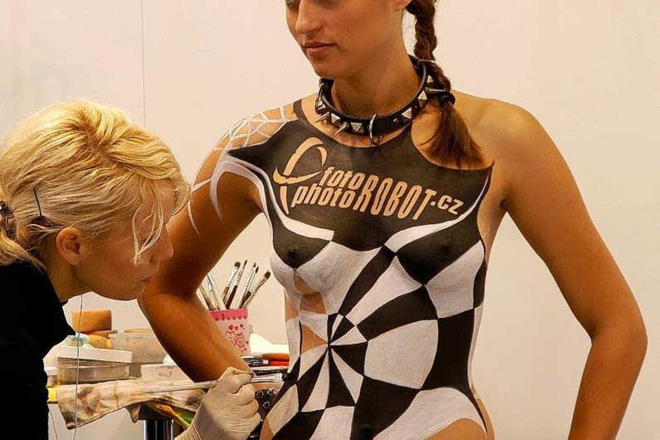 Model am Stand der Firma Photo Robot wird für ihren Auftritt bemalt. (Foto: dapd)