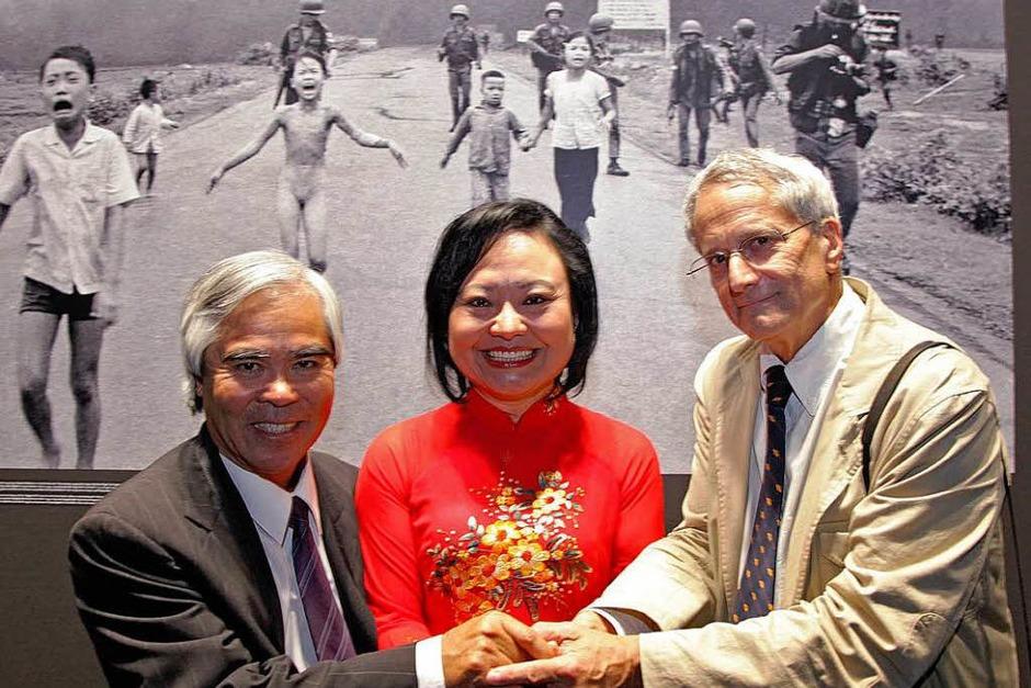 Nick Ut (links) erhält den Leica Hall of Fame Award für sein weltweit bekanntes Foto von Kim Phuc (Mitte) aus dem Vietnam-Krieg. (Foto: dapd)