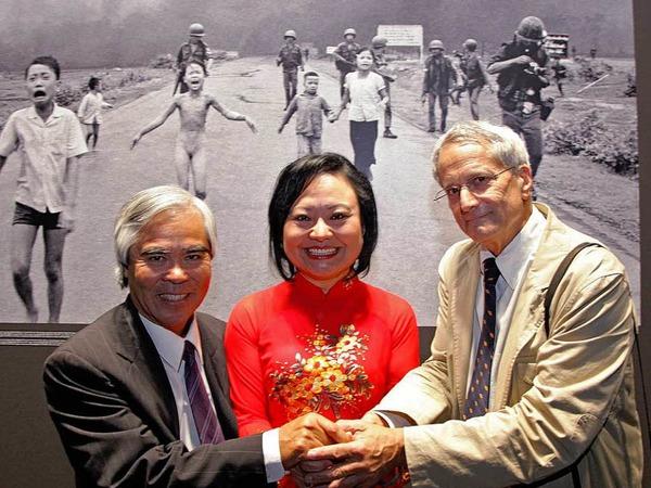 Nick Ut (links) erhält den Leica Hall of Fame Award für sein weltweit bekanntes Foto von Kim Phuc (Mitte) aus dem Vietnam-Krieg.