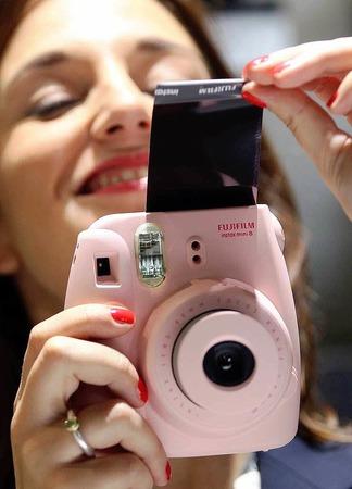 Fuji führt die neue Sofortbildkamera Instax mini 8 vor.