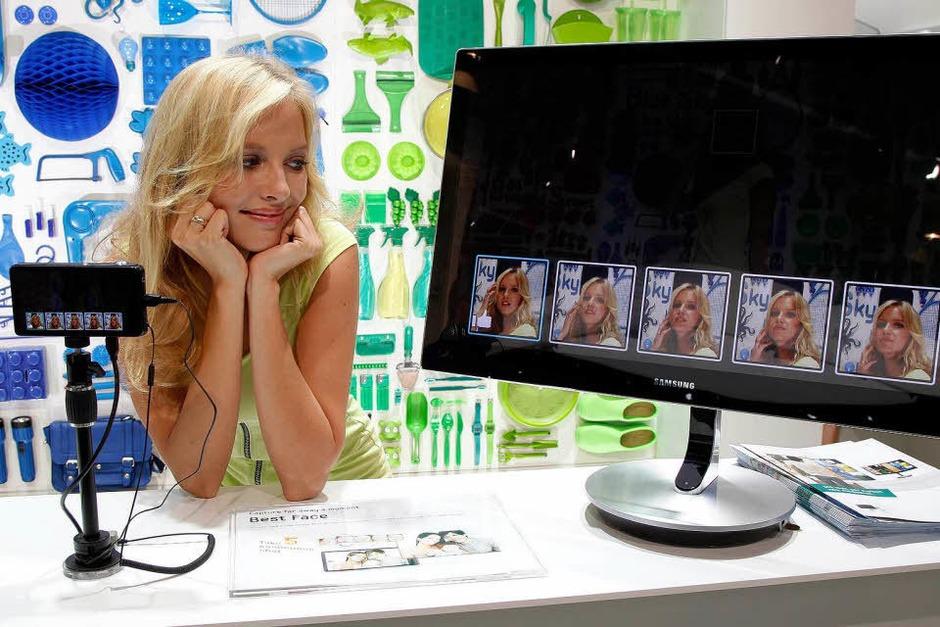 Model posiert am Stand der Firma Samsung für eine Kamera der Galaxy-Serie. (Foto: dapd)