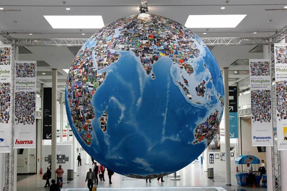 Die Erdteile des Globus sind aus Fotos zusammengesetzt. (Foto: dapd)