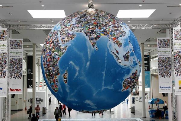 Die Erdteile des Globus sind aus Fotos zusammengesetzt.