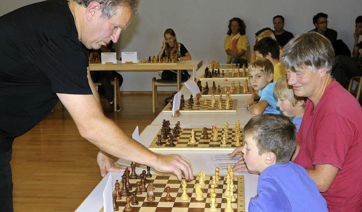Gegen 20 Schachspieler kämpfte Matthias Deutschmann beim Simultanschach.   | Foto: Frowalt Janzer/dpa