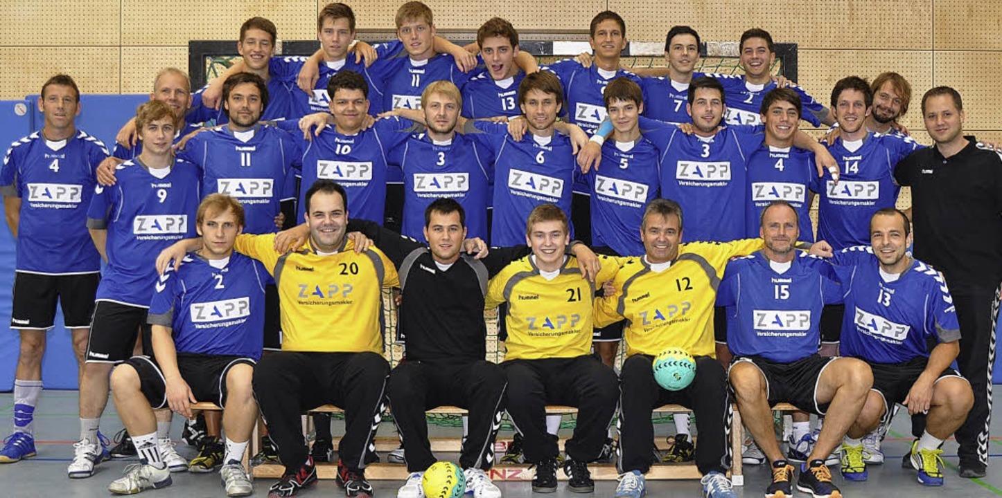 Das Handballer-Team: Vorne sitzend von... allerdings rund ein Dutzend Spieler.   | Foto: Verein