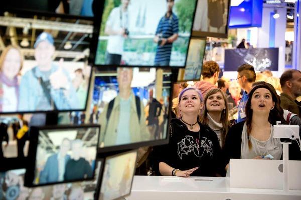Ein elektronischer Bilderbaum zeigt  Zuschauer-Selbstportraits.