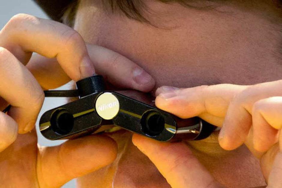 Mini-Fernglas am Nikon-Stand. (Foto: AFP)