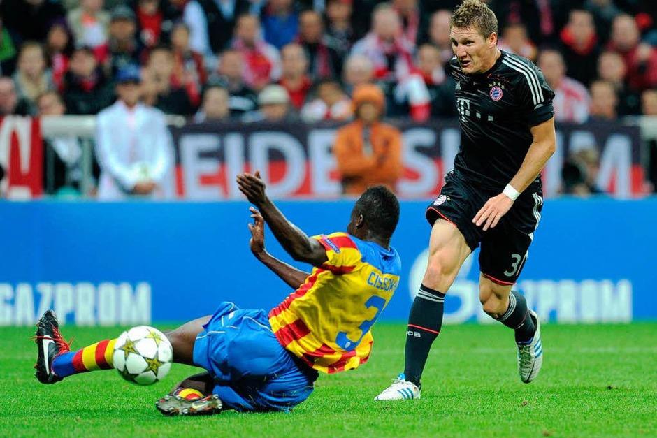 Bastian Schweinsteiger (rechts) macht das 1:0 für Bayern München im Spiel gegen Valencia. (Foto: AFP)