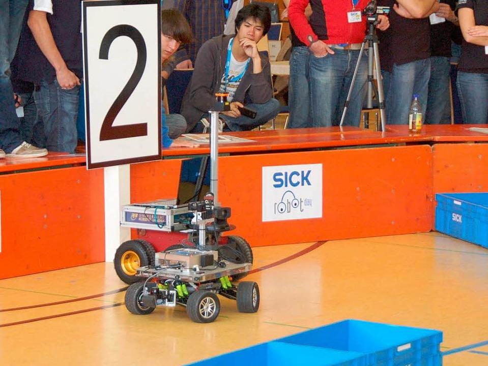 Robot Day 2010: Nicht nur auf die Reih...Umfahren der Hindernisse in der Arena.  | Foto: Sylvia Timm