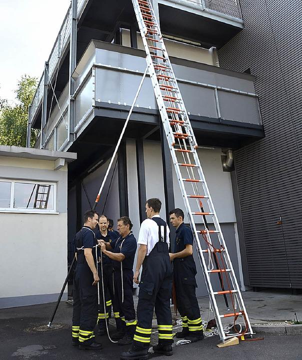Die Feuerwehrleute bei der Probe.  | Foto: Christian Kramberg