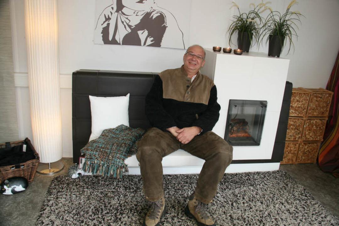 Gut, dass Ralf Schätzle sich immer wie...ausgestellten Kachelofen wären konnte.  | Foto: Gerda Oswald