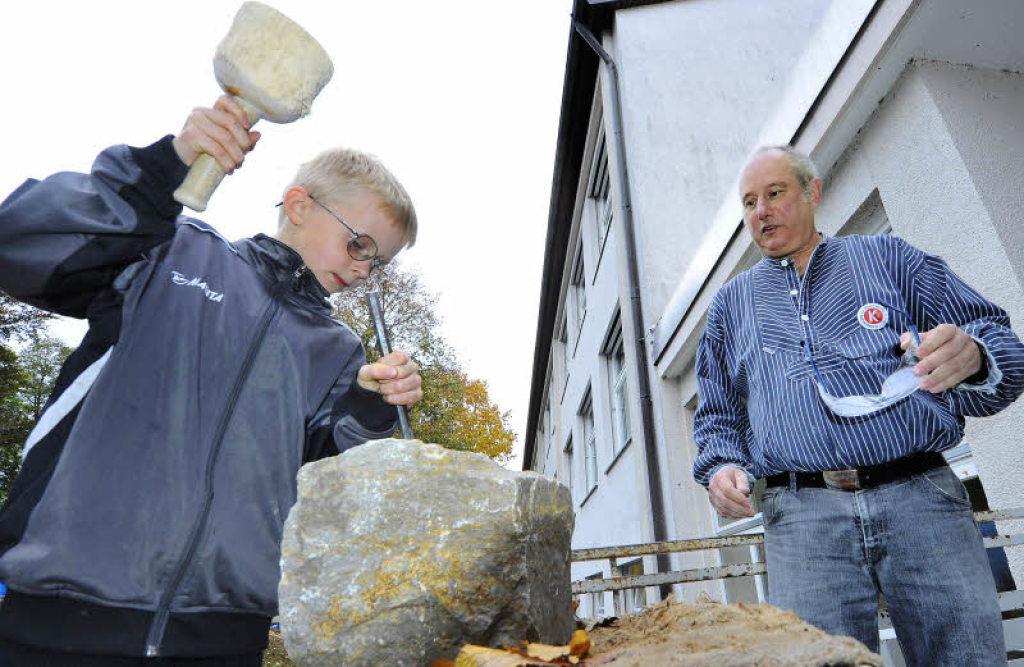 Hau weg: Steinhauer Ulrich Glatz (rechts) zeigt Frank Preiß, wie man Steine bearbeitet. Foto: Michael Bamberger