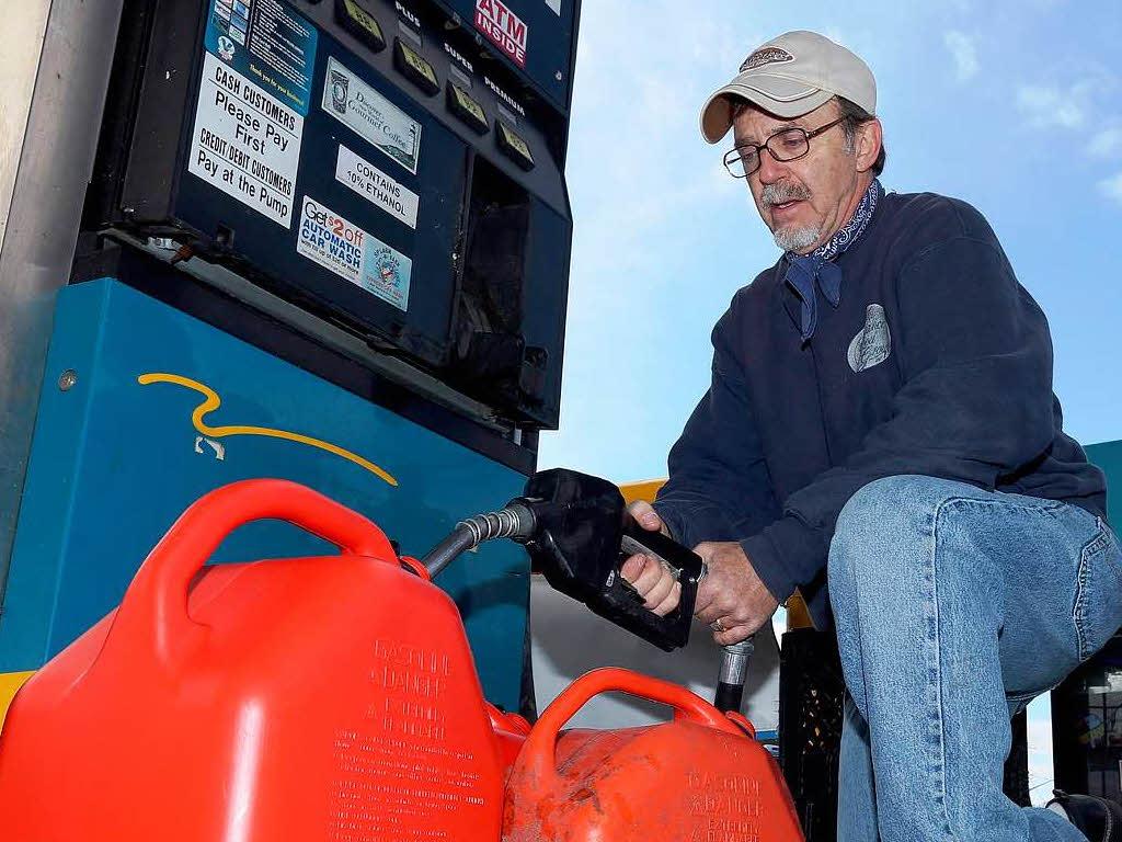 Das Hinzupumpen des Benzins in bensopile