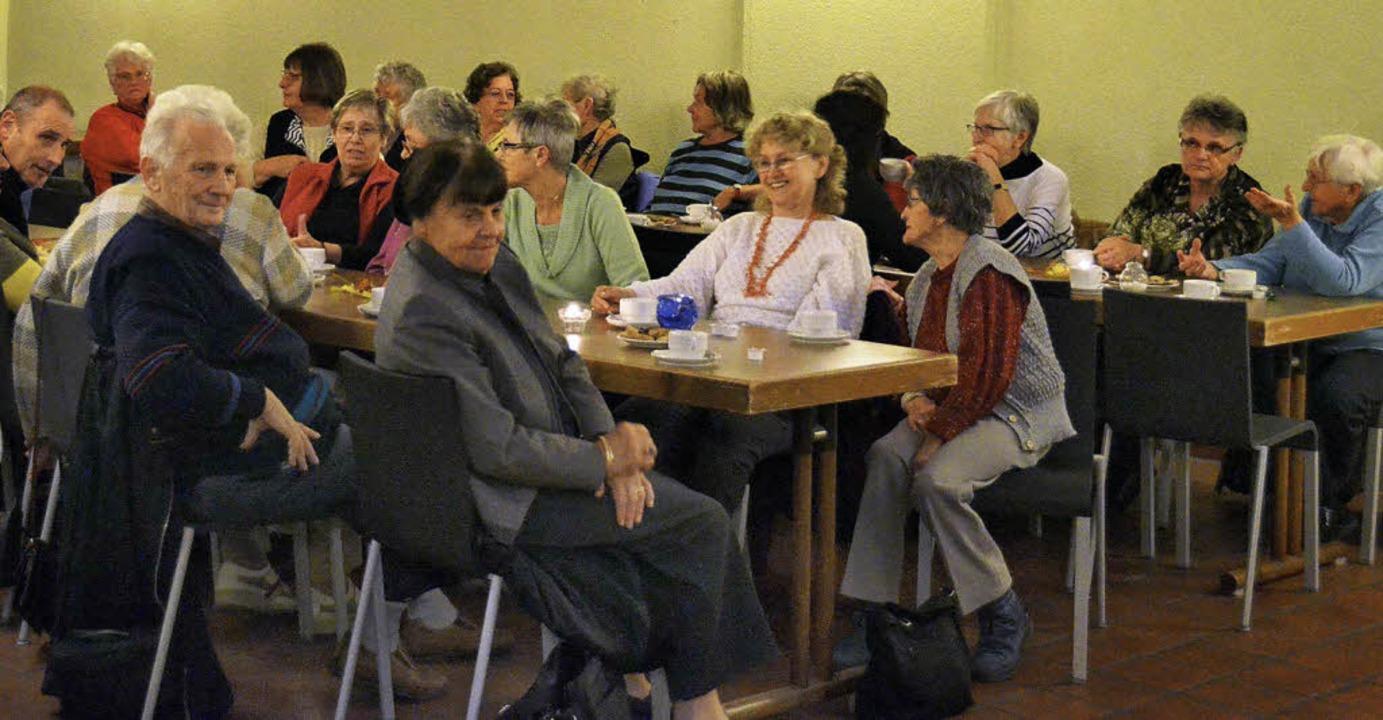"""Beim """"Treffpunkt ab 50"""" de...lteren waren die Tische voll besetzt.     Foto: Smit"""