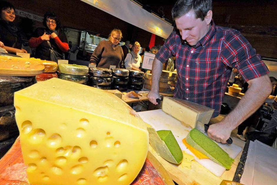 """Ein Traum von einem Käse bei Käse-Traum aus Vorarlberg. Eigentlich kann man den grünen Pesto-Käse oder die vier Jahre lang gereifte """"Schwarze Perle"""" im Internet bestellen – oder in Halle vier auf der Plaza ganz analog probieren. (Foto: Michael Bamberger)"""