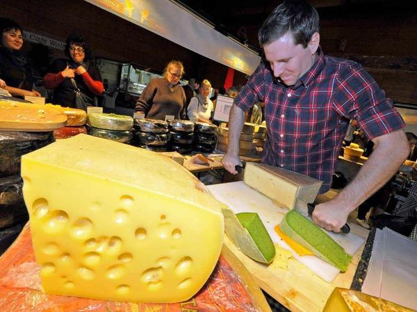"""Ein Traum von einem Käse bei Käse-Traum aus Vorarlberg. Eigentlich kann man den grünen Pesto-Käse oder die vier Jahre lang gereifte """"Schwarze Perle"""" im Internet bestellen - oder in Halle vier auf der Plaza ganz analog probieren."""