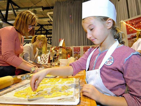Zuckerstreusel verteilt Marlene Faller auf ihre Butterplätzchen. Den ganzen Tag über können Kinder bei Kaisers guter Backstube in Halle drei beweisen, dass Plätzchen nicht nur zur Adventszeit schmecken.