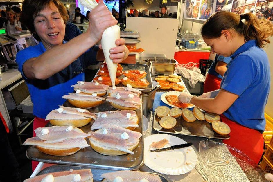 Butter bei die Fische, oder vielmehr Remoulade, gibt es am Stand des Forellenhofs Umkirch. Ohne Unterlass bereiten die Mitarbeiterinnen die fischigen Snacks zu. Der Verkaufsschlager? Tartarbrötchen für 2,60 Euro. Zu finden in Halle drei. (Foto: Michael Bamberger)