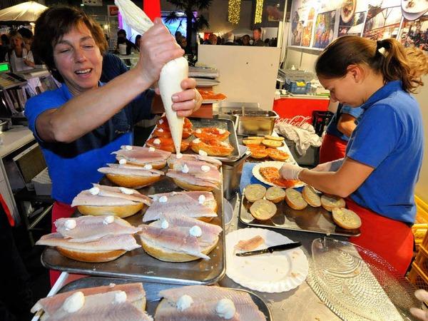 Butter bei die Fische, oder vielmehr Remoulade, gibt es am Stand des Forellenhofs Umkirch. Ohne Unterlass bereiten die Mitarbeiterinnen die fischigen Snacks zu. Der Verkaufsschlager? Tartarbrötchen für 2,60 Euro. Zu finden in Halle drei.