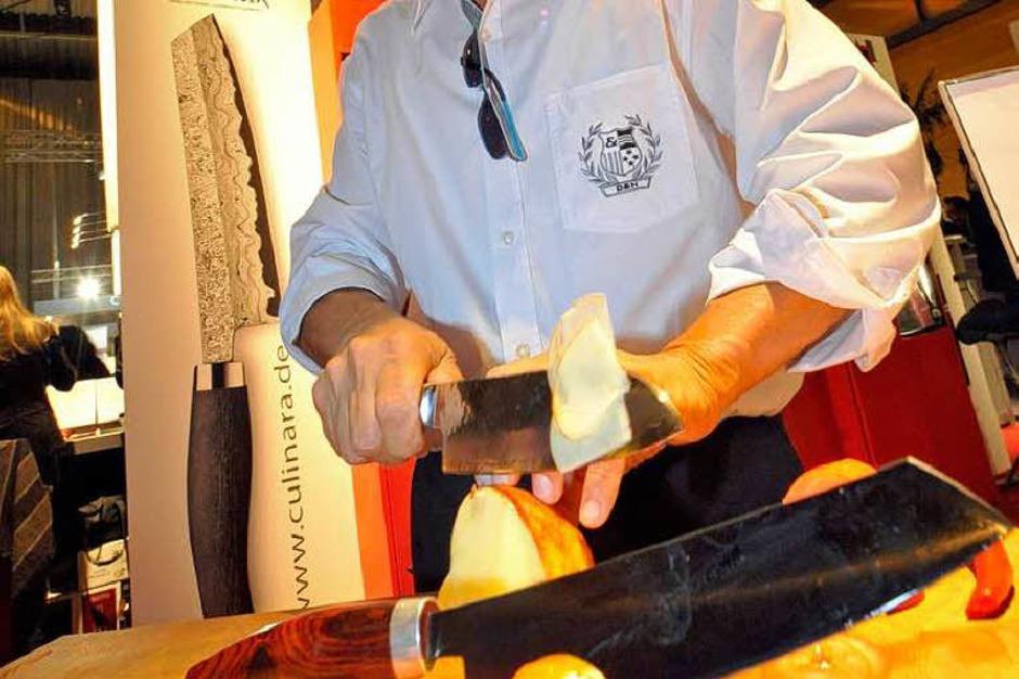 Schnipp, schnapp  … Finger hoffentlich nicht ab. Vorsicht ist angesagt, bei der Klinge dieses Messers, die dünner ist als ein menschliches Haar. Und durch eine Tomate gleitet, als wäre sie Butter. Einsteigermodelle gibt es ab 350 Euro. Aber die Manufaktur Nesmuk macht schon mal ein Liebhaberstück für 100.000 Euro … Selber schneiden kann man am Stand von Culinara Zoller (4.3.13) (Foto: Michael Bamberger)