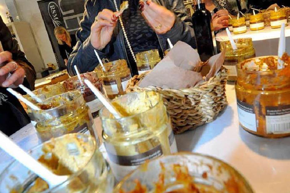Tomaten, Orangen, Honig, Chili, Kirschen, Feigen, Curry – es gibt nichts, was die Remstaler Senfmanufaktur nicht zu einer neuen Sorte verarbeitet. 23 verschiedene kann man am Stand 2.6.11 probieren. Einige sind Geschmacksache, aber den Honig-Balsamico-Senf hat bisher noch jeder gemocht, erklärt ein Mitarbeiter. (Stand 2.6.11) (Foto: Michael Bamberger)